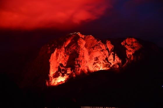 berge in flammen 2017 trisselwand bengalisches feür und gipfelbeleuchtung