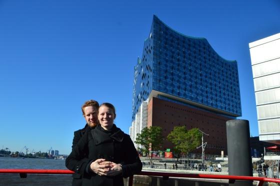 Michelle und ich vor Elbphilharmonie