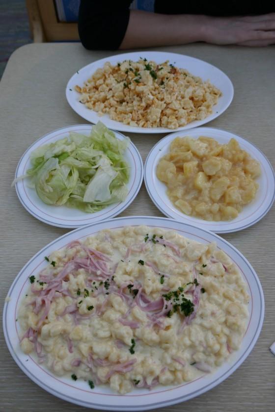Nockerl mit Salat kalte Kuchl