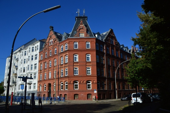 Strassenkreuzung Backsteinbauten Hamburg