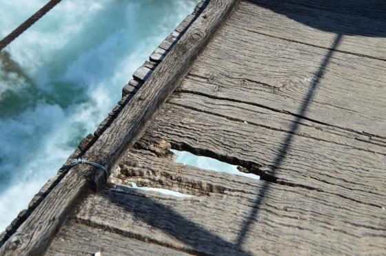 holzhängebrücke mit loch
