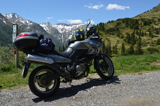 motorrad vor schneebedecktem gebirge