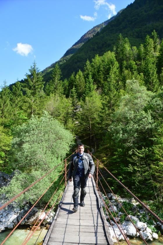 nathan auf hängebrücke über isonzo