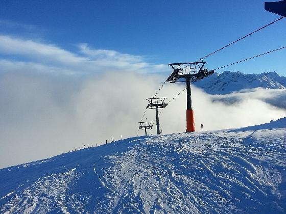 nebel steigt über lift auf