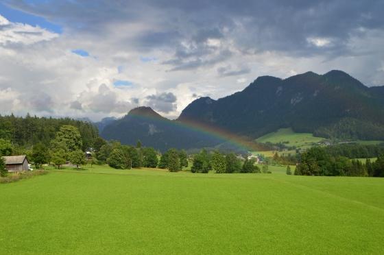 regenbogen vorm haus