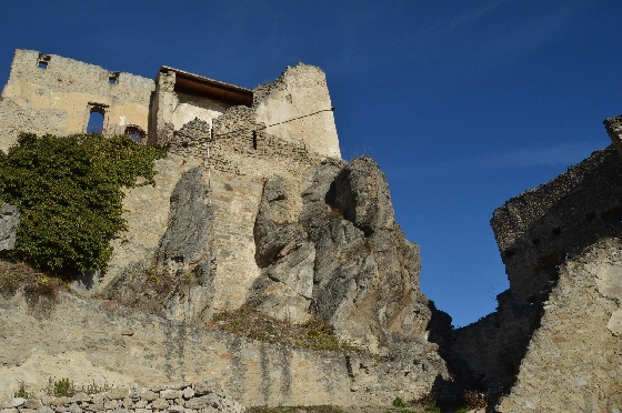ruine dürnstein innenhof vor knallblaüm himmel