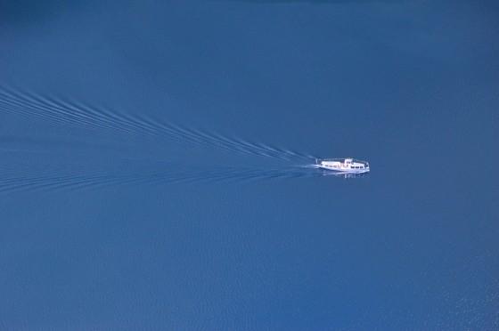 schiff am grundlsee mit wellen vom ressen