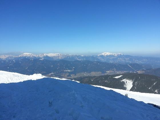 schnee am berg braun im tal