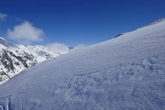 spuren im glitzernden schnee