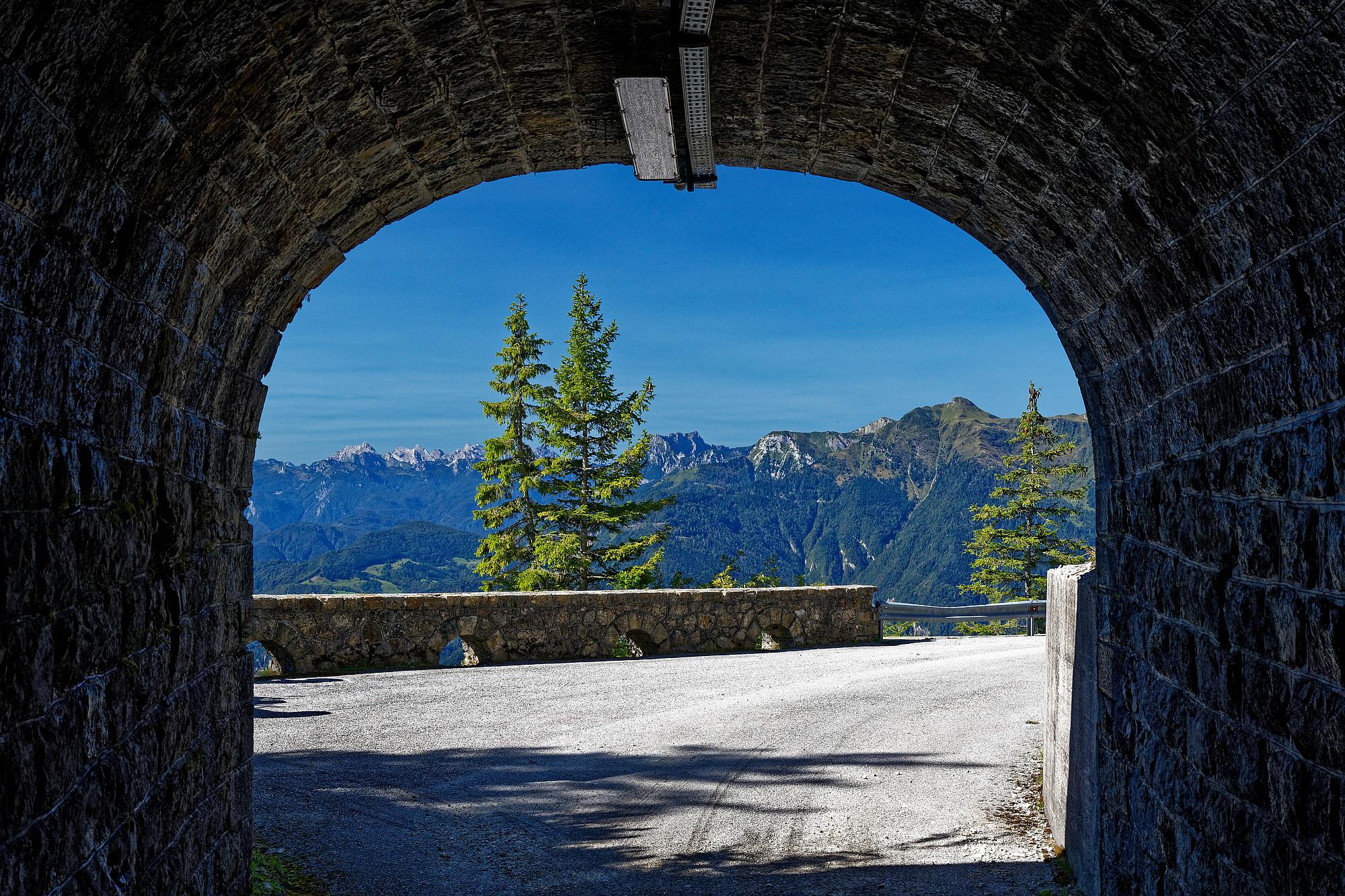 Aus dem letzten Tunnel der Westabfahrt des Monte Zoncolan nach Westen geblickt