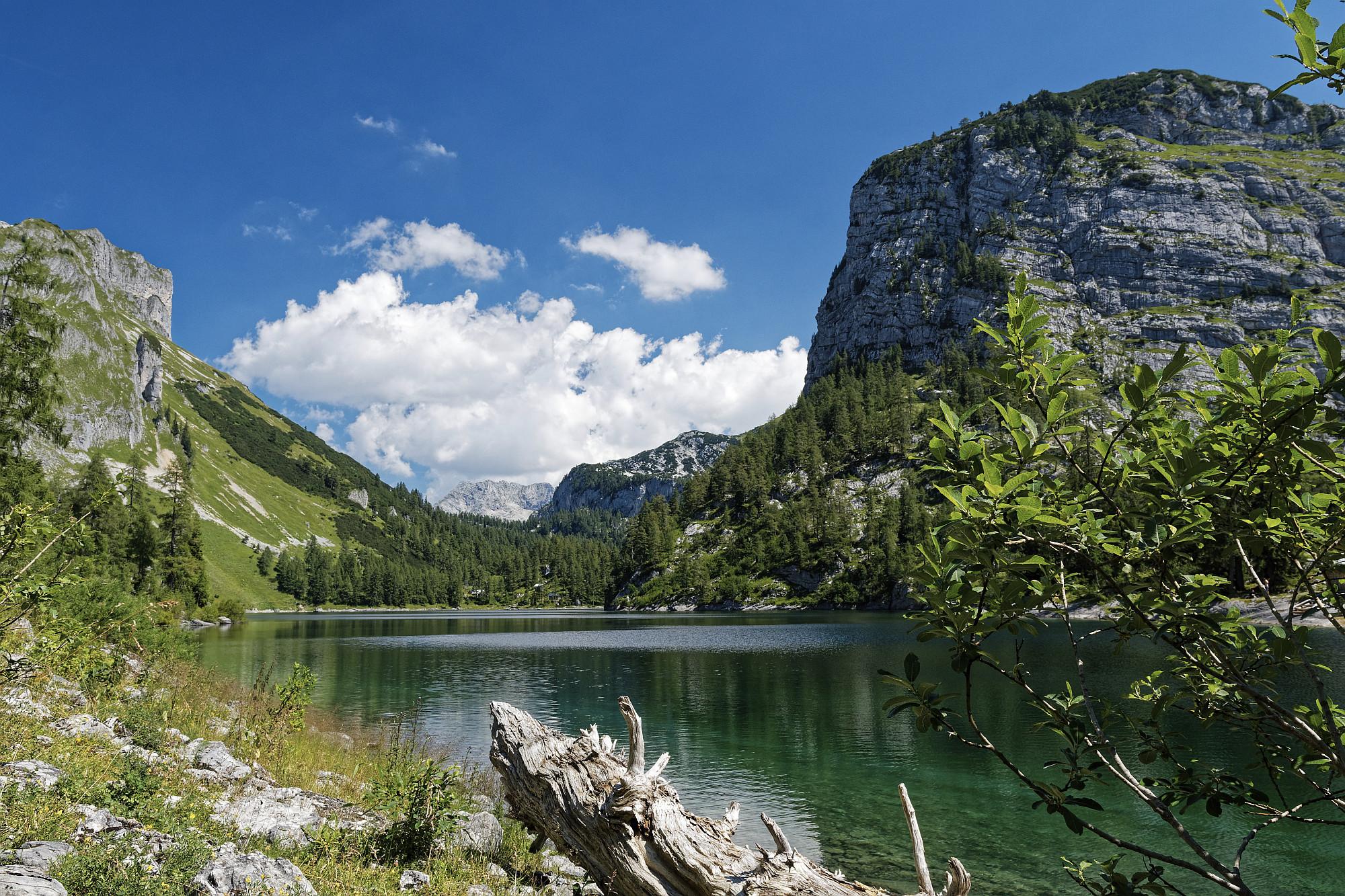 Der Blick vom vorderen Lahngangsee in Richtung totes Gebirge und Rotgschirr